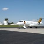 Ein Jet am Rollfeld des Siegerland-Flughafens