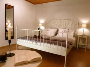Schlafzimmer 1-R2