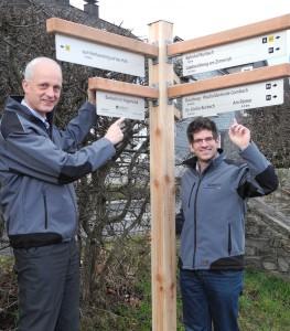 Wie hier in Burbach weisen an rund 100 Standorten neue Schilder aus Lärchenholz und Aluminium dem Wanderer den richtigen Weg. Bürgermeister Christoph Ewers und Tourismusreferent Johannes Werthenbach sehen darin eine gute Investition in die touristische Wanderinfrastruktur.