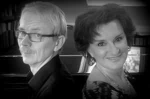 Am 07.05.2017 präsentieren Sängerin Kerstin Stahl (re.) und Pianist Matthias Schmitz (li.) die schönsten Schlager der 20er- und 30er Jahre im Gemeindehaus Holzhausen.